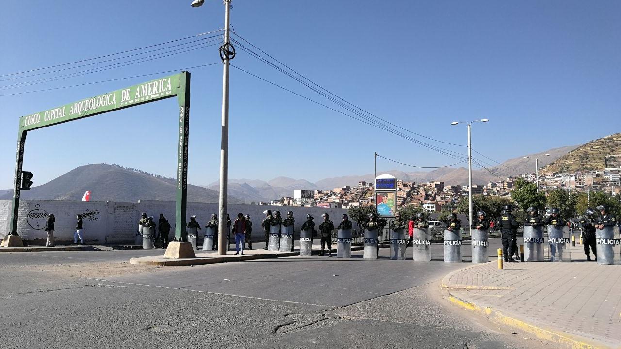 La Policía se encuentra en la vía de acceso al aeropuerto para evitar que la protesta afecte la llegada de turistas.