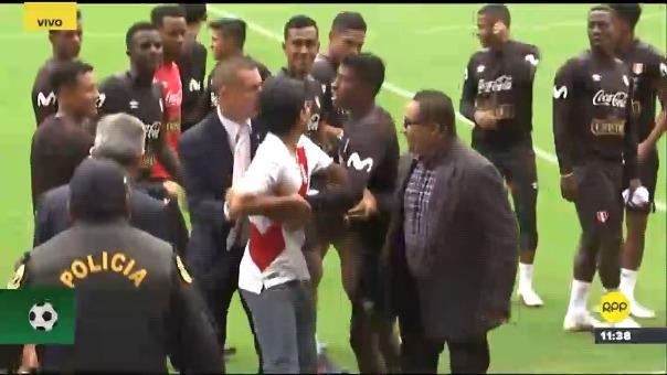 En un gesto aplaudible, el defensa Miguel Araujo regaló su camiseta de entrenamiento a hincha que burló la seguridad y logró alcanzarlo.