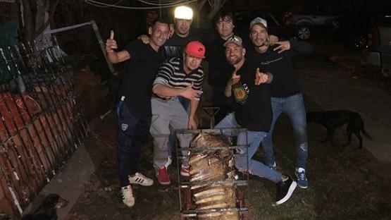 El defensa argentino disfrutó de una parrilla junto a sus amigos.