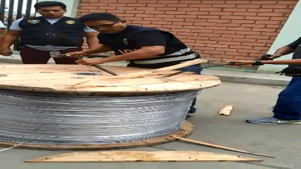 Cinco carretes de quinientos kilos de cable de acero trasportada en camión de placa AGG-0674