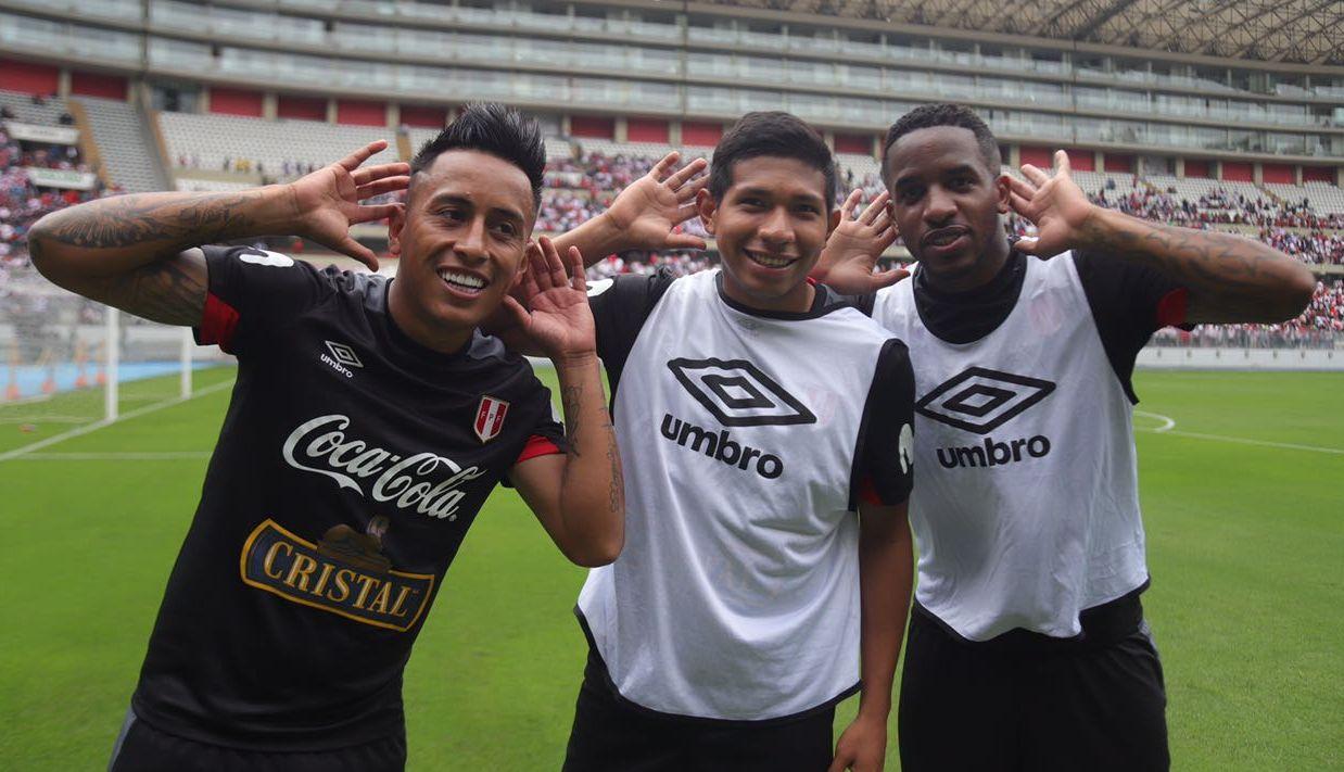 Christian Cueva junto a Edison Flores y Jefferson Farfán en la práctica de la Selección Peruana.