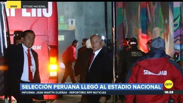 Ricardo Gareca fue el primero en bajar del bus de la Selección Peruana.