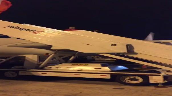 Los seleccionados subiendo al avión que los llevará a Suiza.