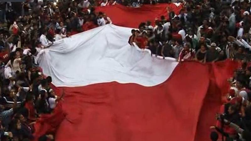 Los hinchas recibieron a la Selección Peruana con una banderola.