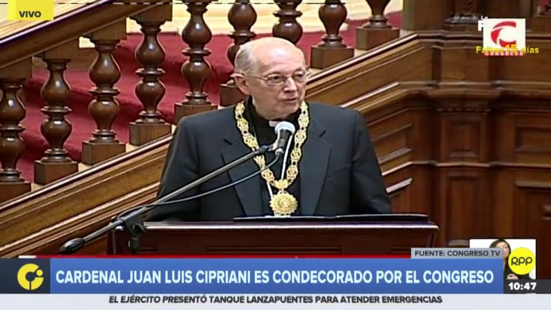 """Juan Luis Cipriani fue condecorado """"en mérito a su compromiso con la paz en nuestro país"""", afirmó la Presidencia del Congreso."""