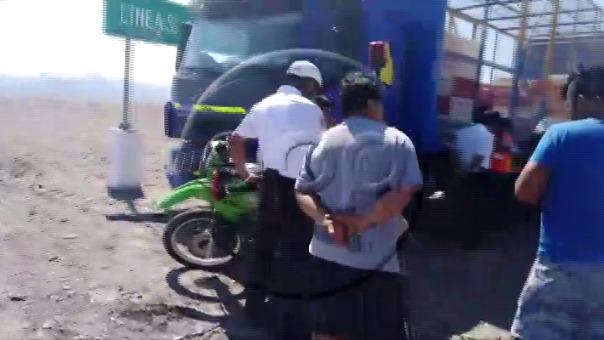 El conductor del vehículo que trasladaba pollos afectó una parte conocida como el 'lienzo' de las líneas.