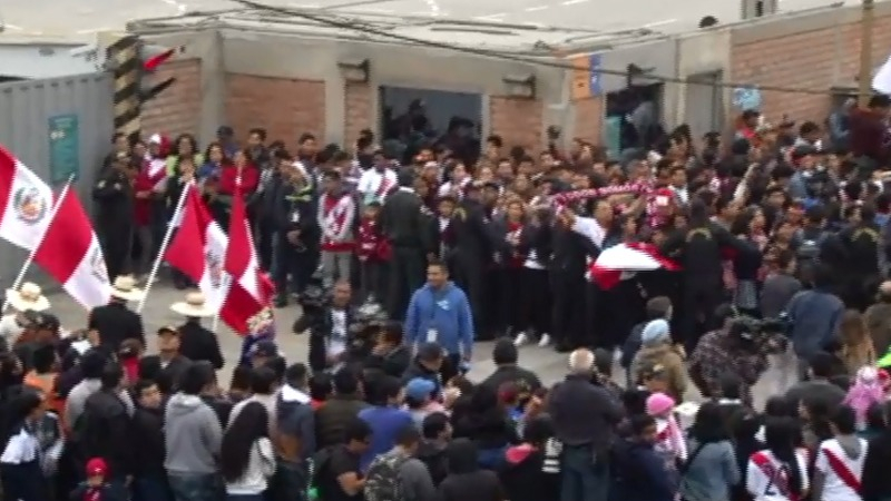 La Selección Peruana recorrió las prinicipales avenidas de la ciudad acompañado de los hinchas de la Bicolor.