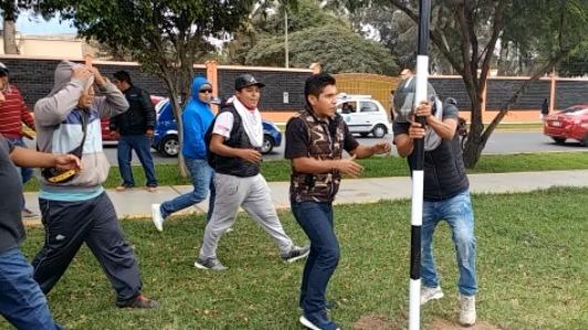Mototaxistas sacaron las señaléticas que habían colocado el personal de la comuna chiclayana a lo largo del nuevo anillo vial.