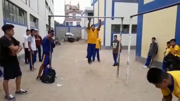 Colegiales en plena demostración de sus habilidades físicas.