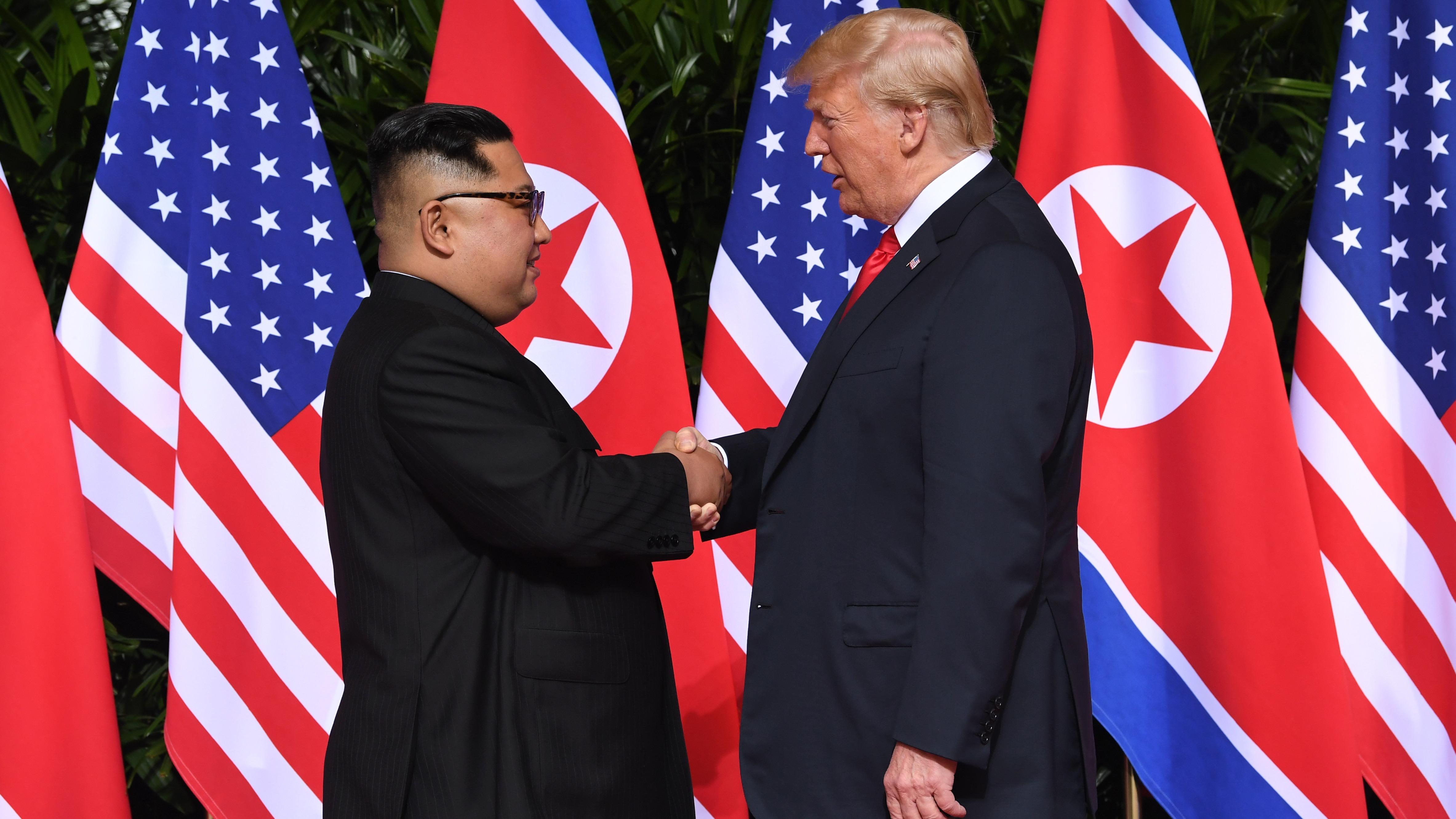 El histórico apretón de manos entre Trump y Kim.
