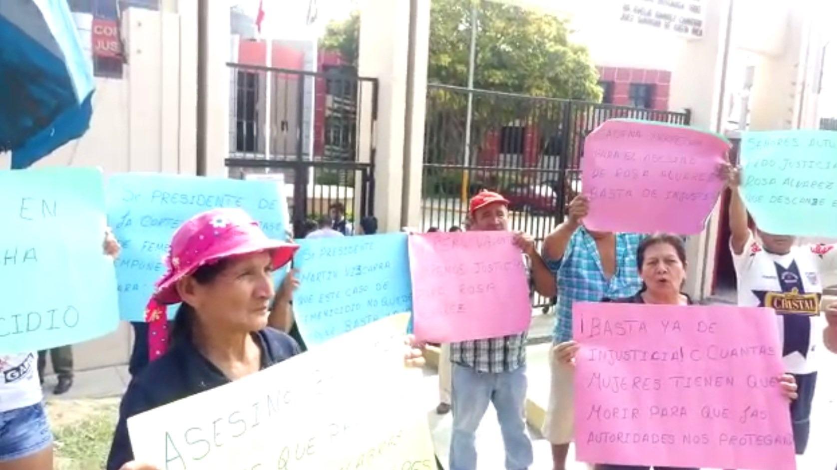 Familiares de Rosa Álvarez exigieron justicia frente a la Corte Superior de Tumbes.