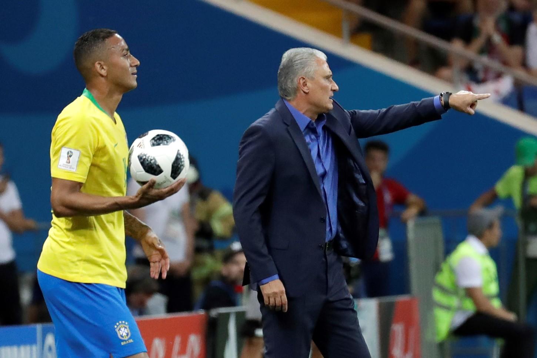 Danilo con Tite en el partido contra Suiza.