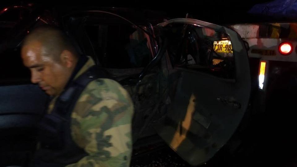 Los efectivos policiales tuvieron una ardua labor para retirar el cuerpo de las víctimas de entre los fierros retorcidos.
