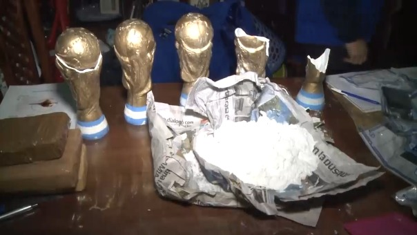 Incautación de droga al inerior de trofeos que simulan la copa mundial