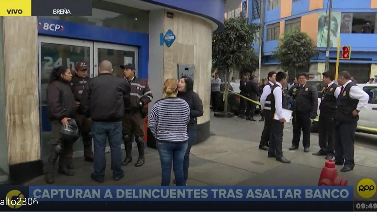 Los delincuentes usaron una comba para romper la puerta de vidrio.