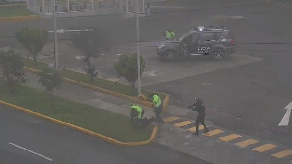Imágenes de una cámara de video vigilancia muestra el momento en que los policías intervienen a dos de los delincuentes.