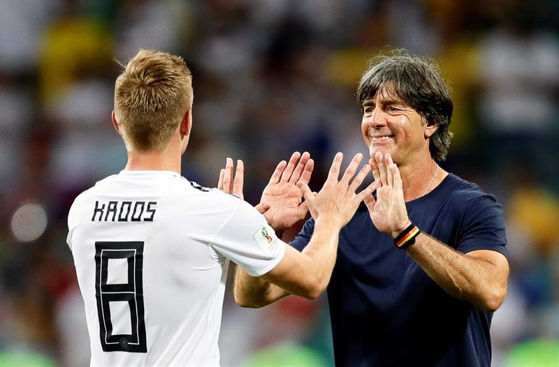 Alemán Toni Kroos celebra con su entrenador, Joachim Loew, el gol que le dio la victoria a su equipo.