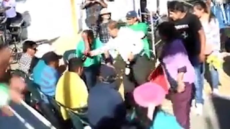 Omar Candia fue grabado repartiendo botellas de cerveza como parte de su campaña electoral.