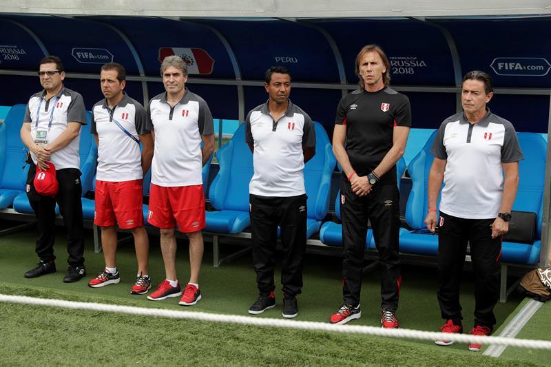 Ricardo Gareca y su comando ténico durante el partido Australia-Perú, del Grupo C del Mundial de Fútbol de Rusia 2018.