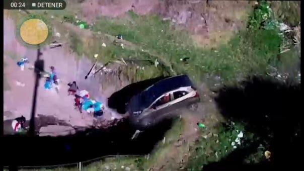 Varones y mujeres aprovechaban agua de manante para lavar sus prendas de vestir, cuando ocurrió el accidente de tránsito.