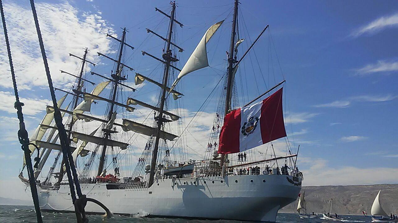 El BAP Unión pasó por la caleta piurana de Cabo Blanco, donde los pescadores saludaron al segundo velero más grande el mundo.
