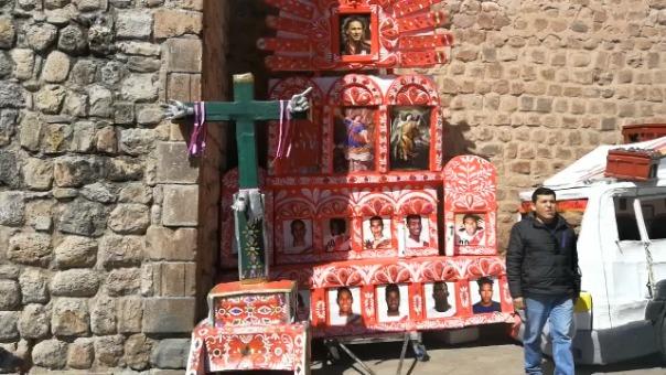 Estudiantes de la universidad de Bellas Artes del Cusco instalaron un altar con las fotografías de la Selección Peruana.