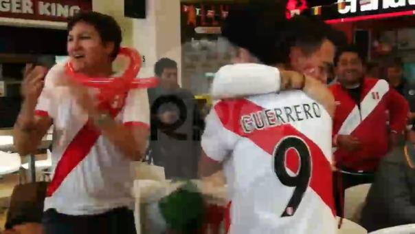 Hinchas peruanos celebraron el primer gol del seleccionado nacional en su último partido en el Mundial Rusia 2018.