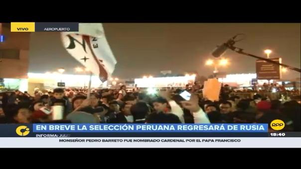 Miles de hinchas esperan el arribo de la Selección Peruana al Aeropuerto Internacional Jorge Chávez.