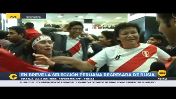 Los hinchas de la Selección Peruana se encuentran dentro del aeropuerto.