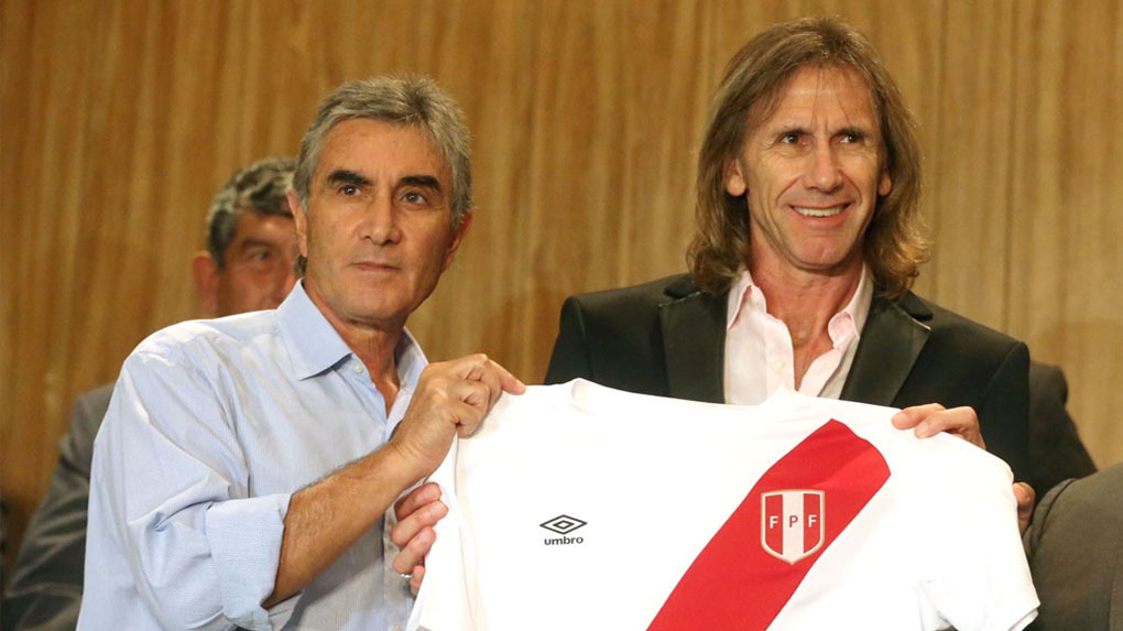 Juan Carlos Oblitas aclaró que tiene contrato con la FPF hasta fines del 2018.