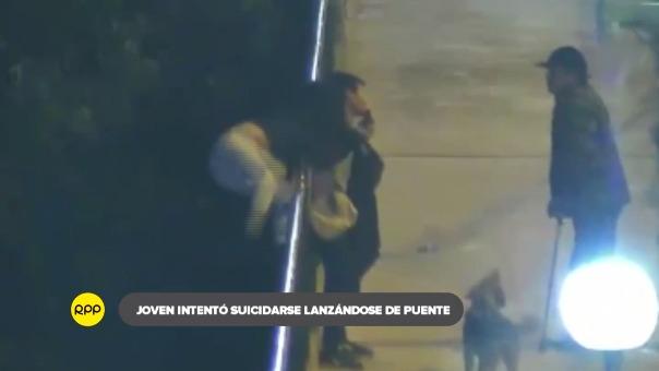 Joven en aparente estado de ebriedad buscó lanzarse el Puente Centenario tras discutir con su pareja. Transeúnte y policías lograron rescatarla.