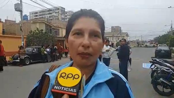 Con un plantón los administrativos de la UNPRG piden a la Gerencia de Trabajo el reconocimiento de su medida de lucha