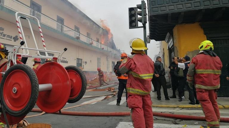 Bomberos luchan por apagar el incendio.