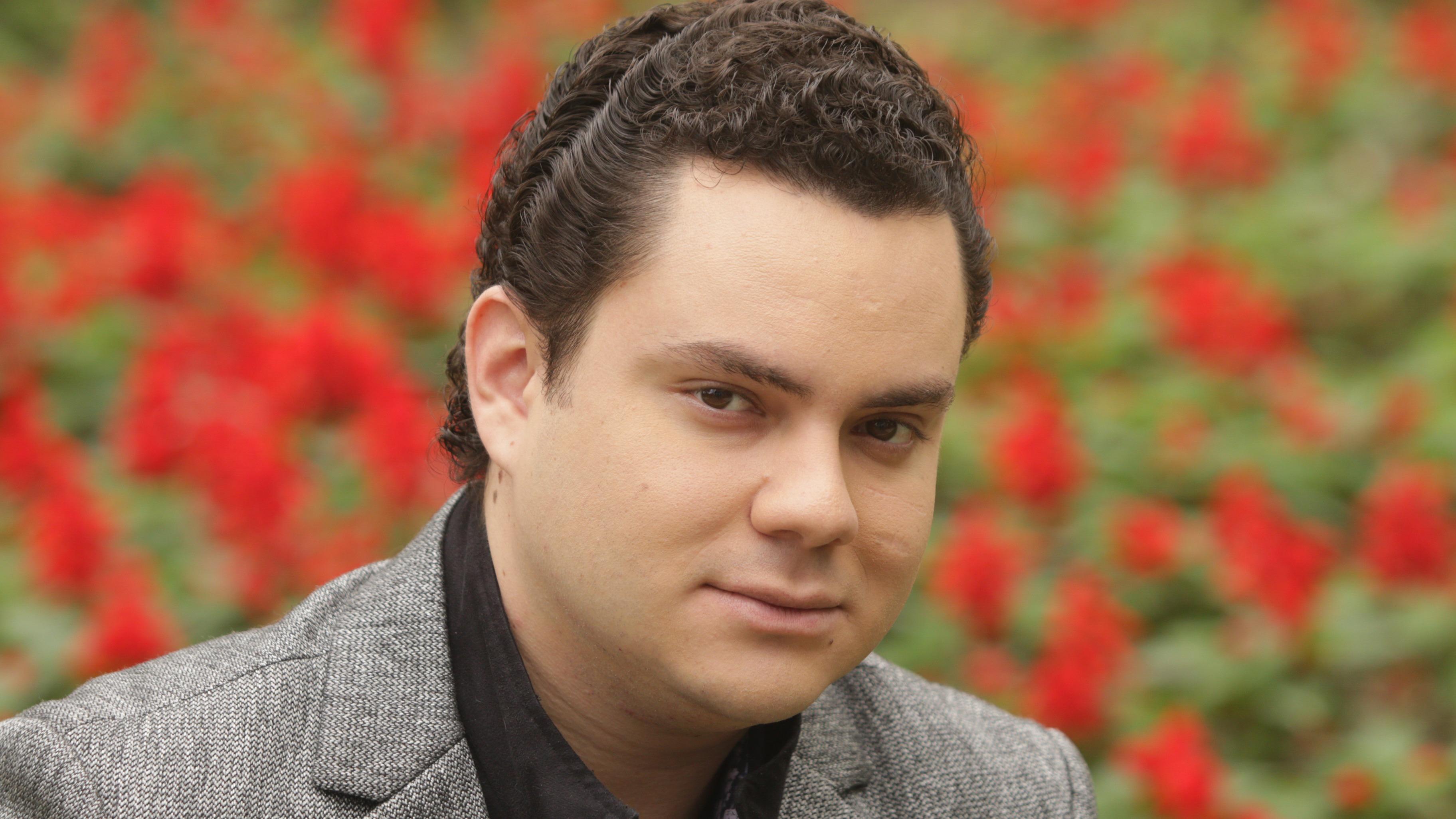 Manuel José interpreta