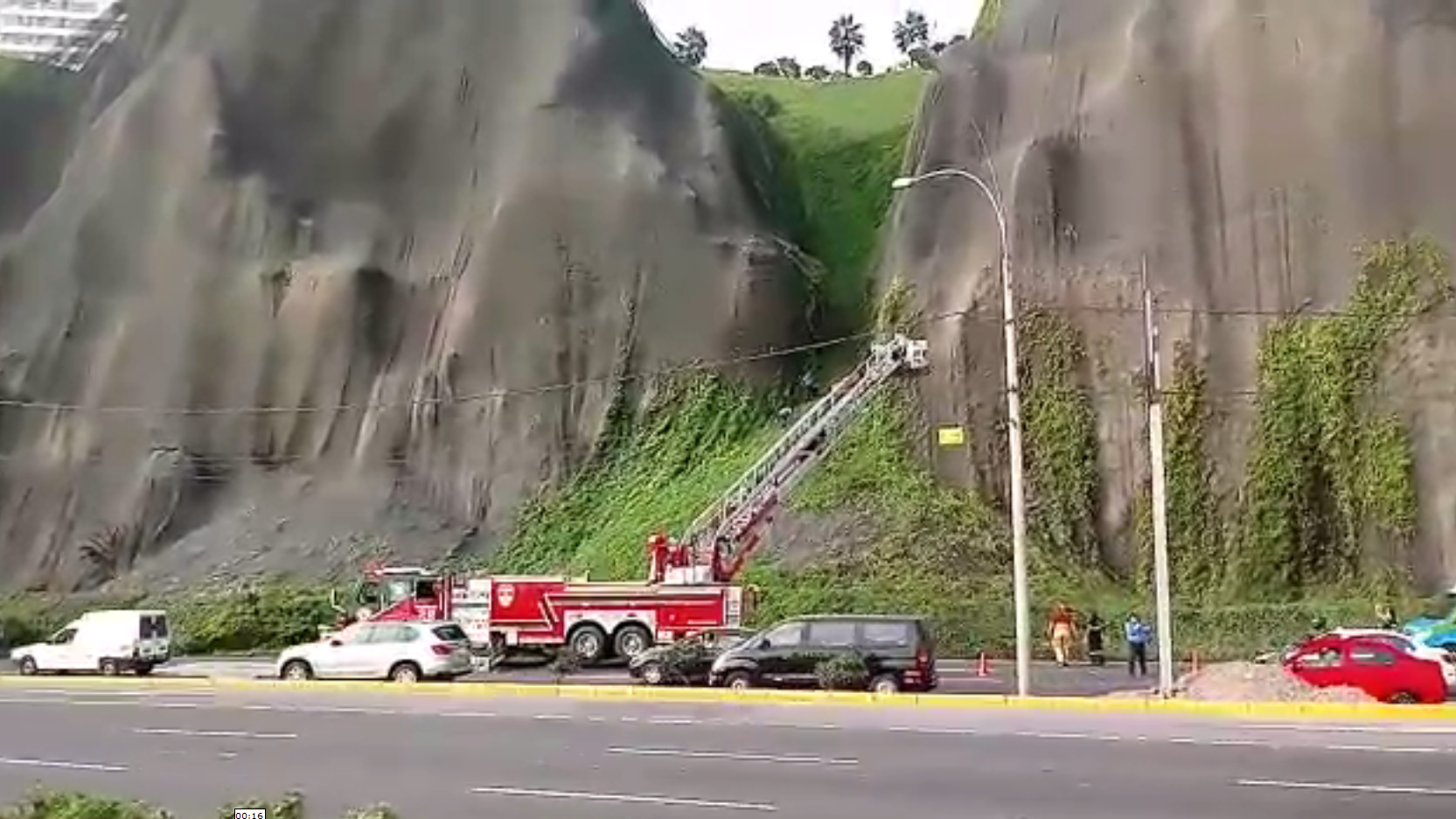 Video del rescate de un hombre que cayó del Malecón de Miraflores.