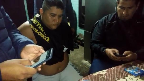 Los agentes en el interior de la vivienda de Carlos Alberto Villanueva Altamirano