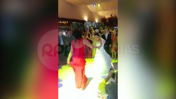 La novia, Milagros Leiva, se lució en la pista de baile junto a Cecilia Tait al ritmo de Ráfaga.