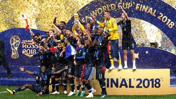 Un grupo de franceses celebró en la Plaza de Armas de Arequipa el campeonato mundial logrado por su selección de fútbol.