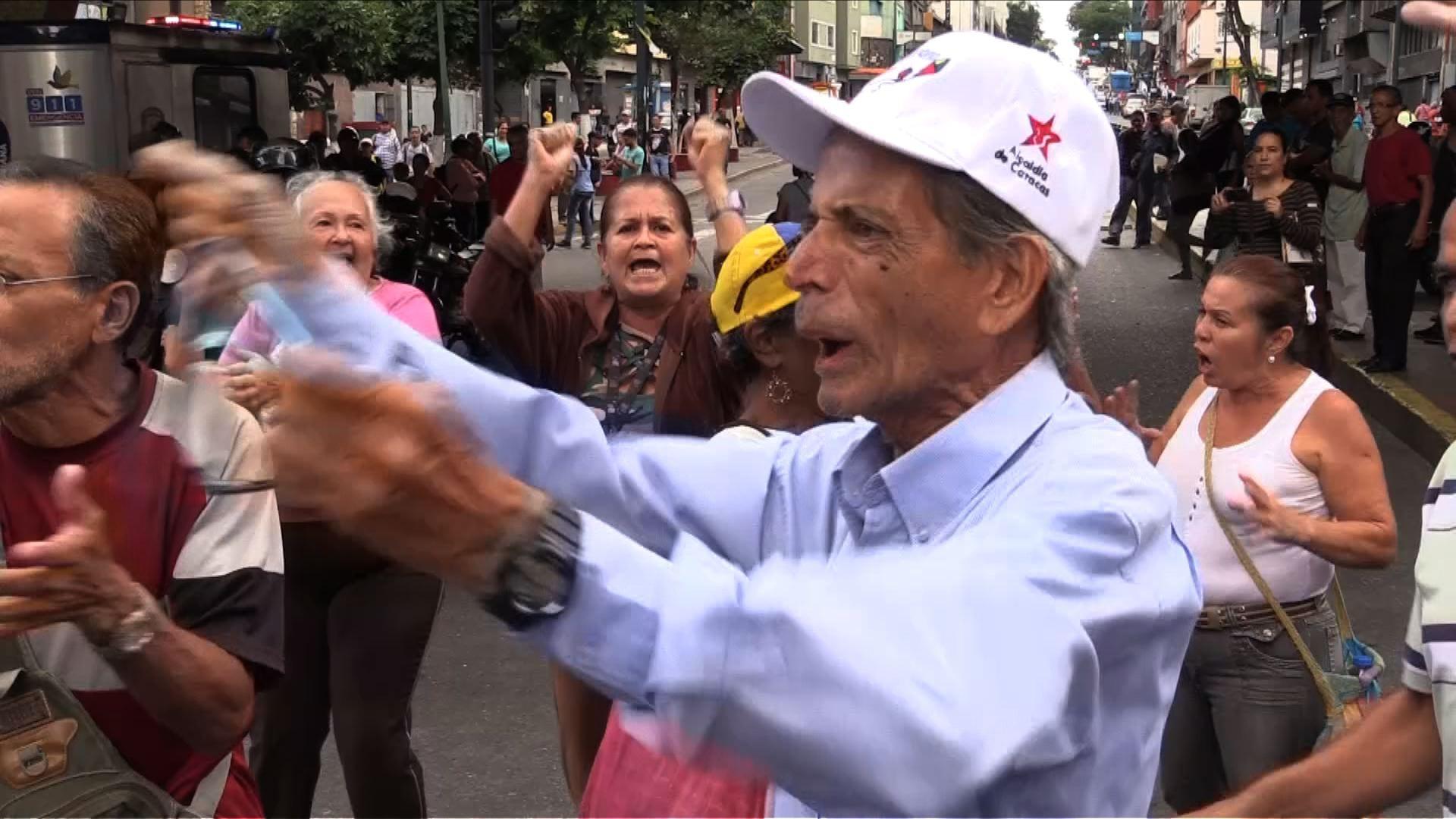 Ancianos protestas exigiendo el pago de su pensión en Venezuela.