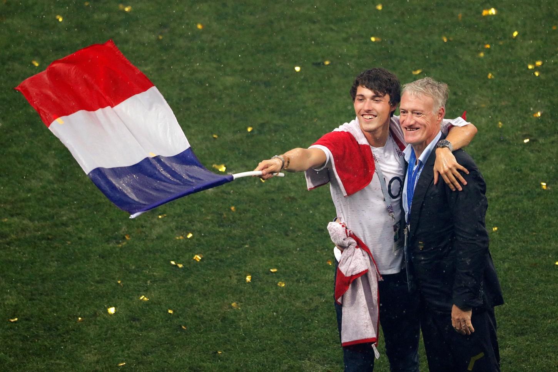 Didier Deschamps celebró con su hijo tras conquistar el Mundial.