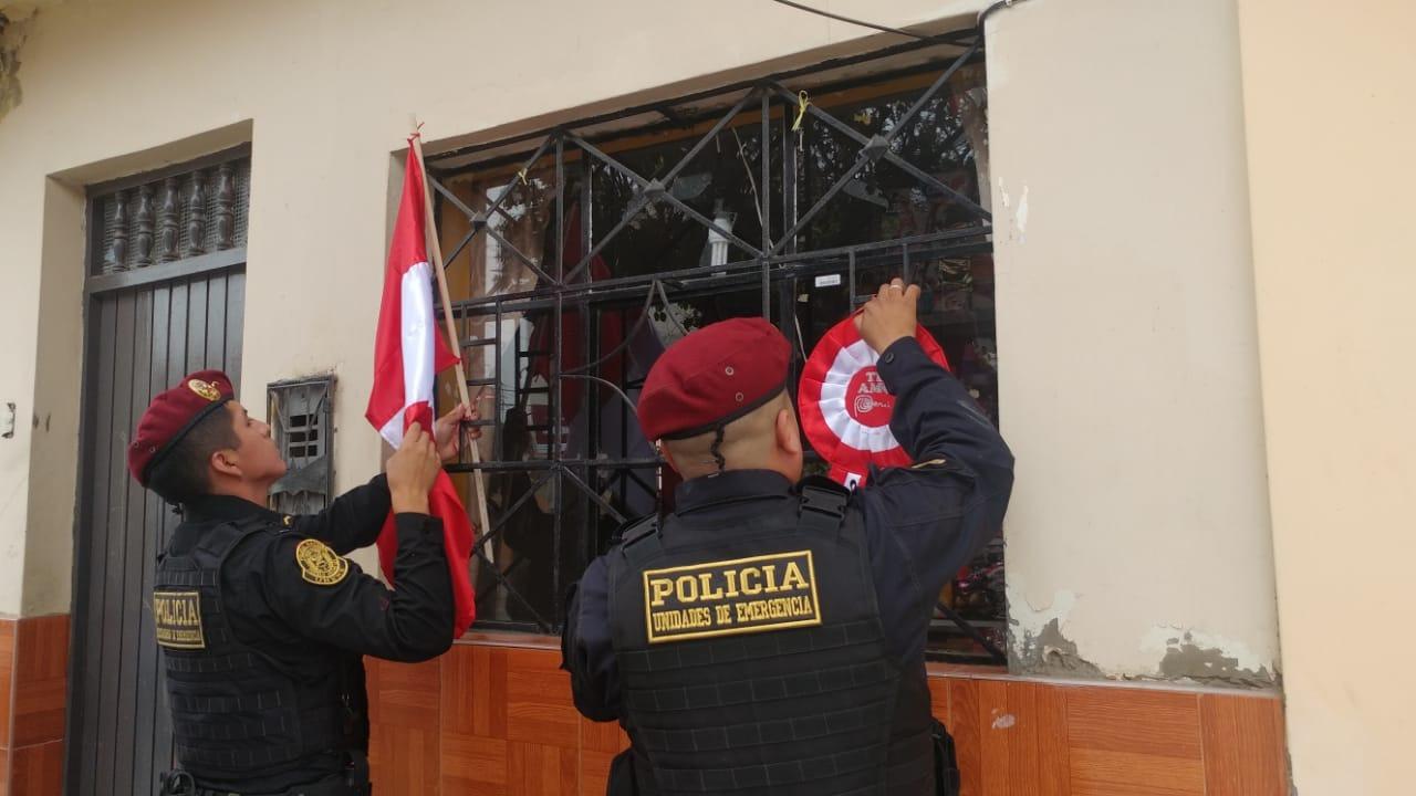 Policías colocaron banderas y escarapelas en viviendas del pueblo joven El Porvenir.
