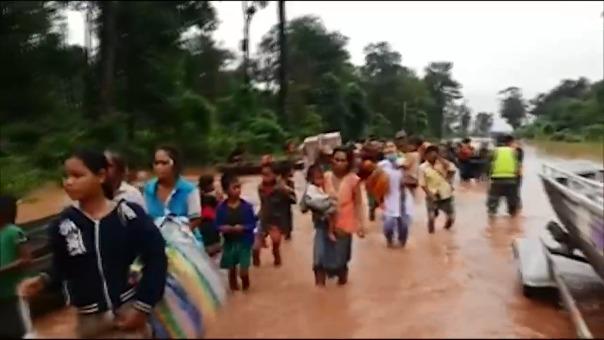 Familias escapan de la zona del catástrofe.