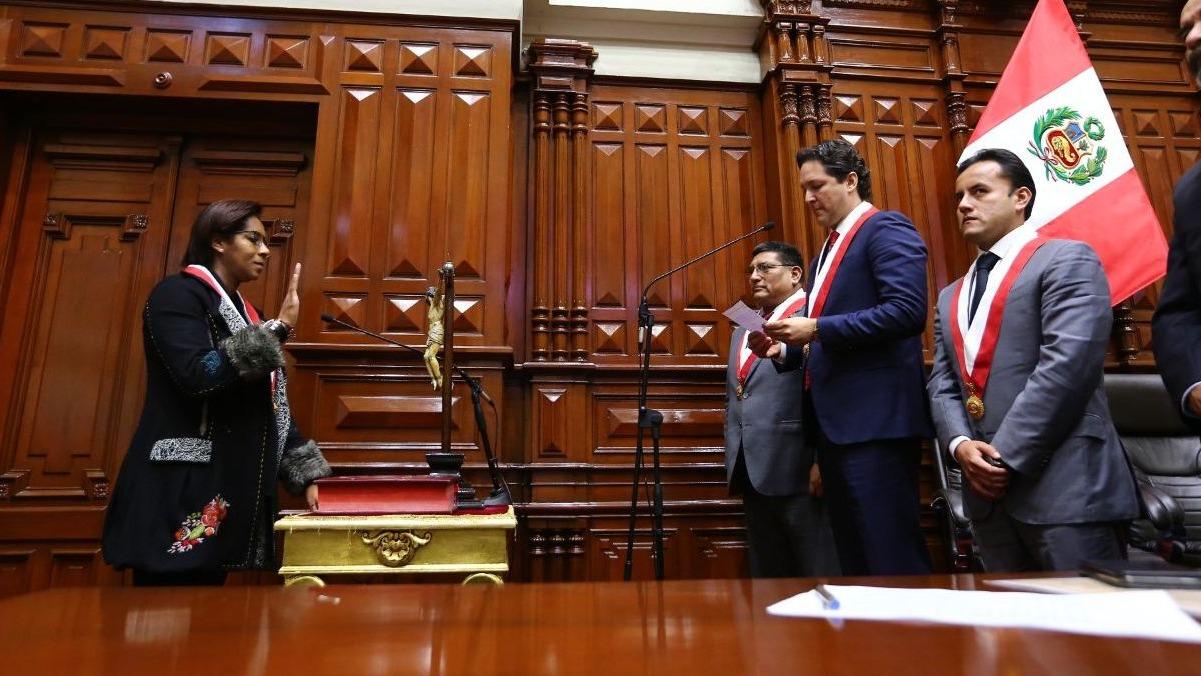 Salaverry juró su nuevo puesto ante el saliente presidente del Congreso, Luis Galarreta, y luego tomó el juramento de los nuevos miembros de la Mesa Directiva del Congreso.