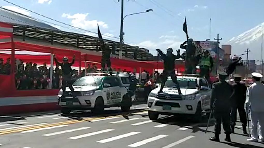 La Policía de Carreteras hizo una demostración de su preparación para situaciones de rescate durante el desfile.