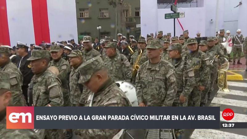 Una copiosa llovizna cayó durante la realización del ensayo de la Parada Militar.