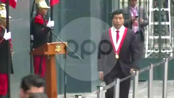 El congresista fujimorista tropezó en las escaleras de ingreso al Palacio Legislativo.