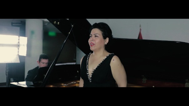 Josefina Brivio y Diego Puertas en destacada versión del Himno Nacional.