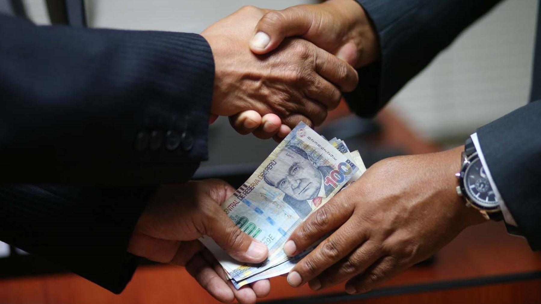 El historiador Mauricio Novoa comentó que el concepto de corrupción fue variando a través de nuestra historia y que lo que hoy está prohibido antes era aceptado.