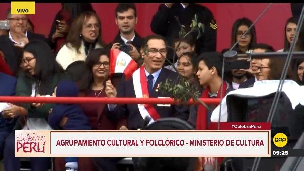 El momento en que Martín Vizcarra se ubica junto a su familia durante el Pasacalle Cultural