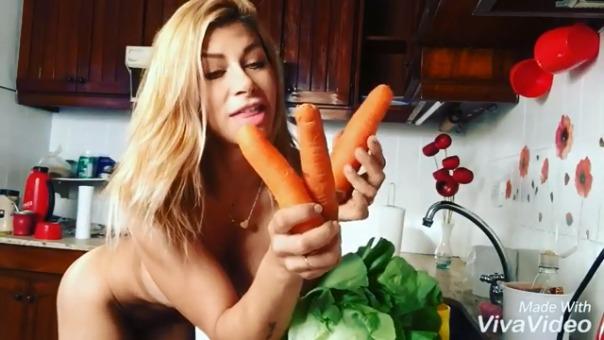 Instagram Xoana González Da Clases De Cocina Totalmente Desnuda